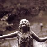 دختری زیر باران